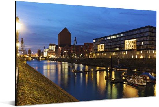 Verlichting in de avond in de Duitse stad Duisburg Aluminium 30x20 cm - klein - Foto print op Aluminium (metaal wanddecoratie)