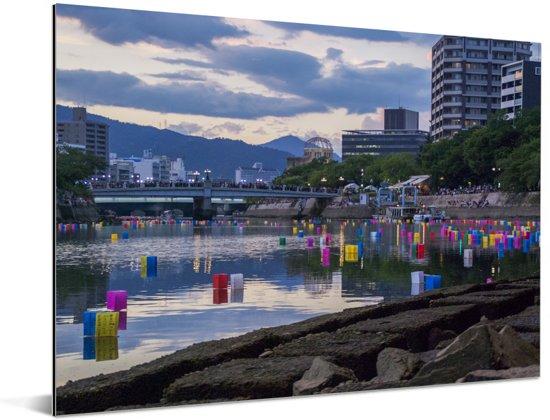 Japanse traditie waarbij lantaarns worden aangestoken op ceremonie in Hiroshima Aluminium 80x60 cm - Foto print op Aluminium (metaal wanddecoratie)