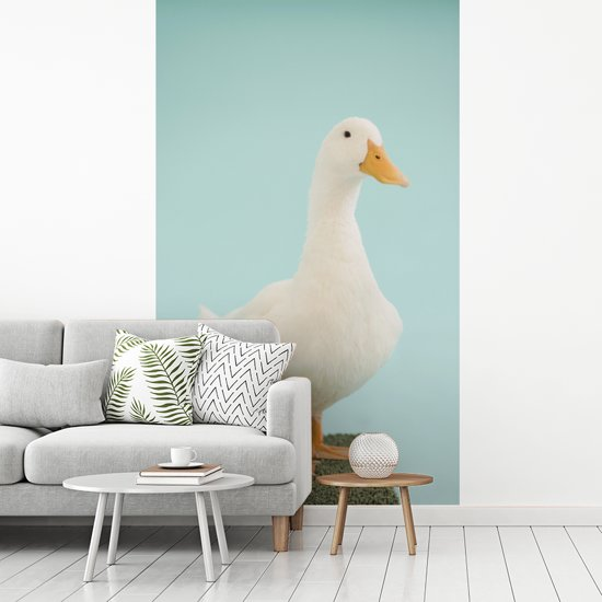 Fotobehang vinyl - Portret van een soepeend op een stukje tapijt breedte 180 cm x hoogte 300 cm - Foto print op behang (in 7 formaten beschikbaar)