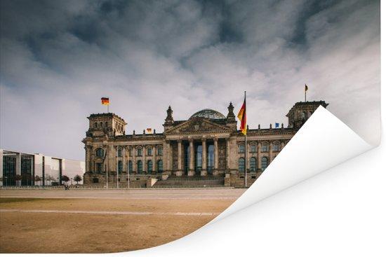 De Duitse Rijksdag onder stormachtige wolken in Berlijn Poster 60x40 cm - Foto print op Poster (wanddecoratie woonkamer / slaapkamer)