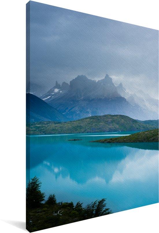 Het helderblauwe Pehoe meer met uitzicht op een gebergte in Chili Canvas 120x180 cm - Foto print op Canvas schilderij (Wanddecoratie woonkamer / slaapkamer) XXL / Groot formaat!