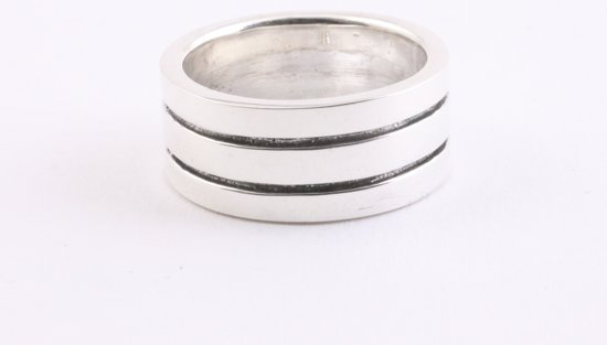 Zilveren ring met fijne zwarte banden