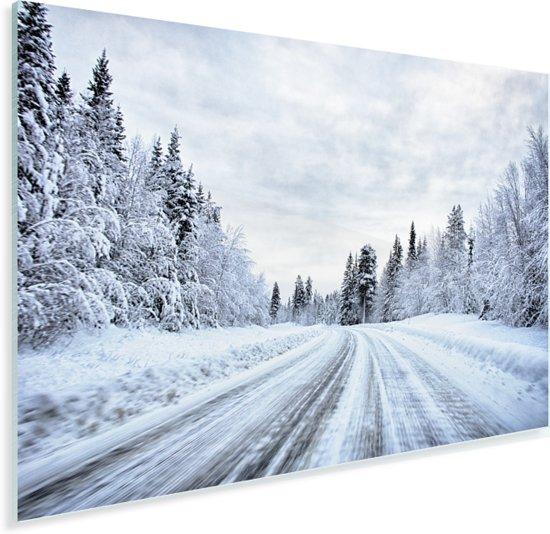 Een besneeuwde weg wat omringt is door een winterlandschap Plexiglas 60x40 cm - Foto print op Glas (Plexiglas wanddecoratie)