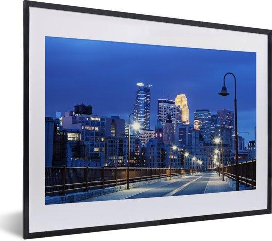 Foto in lijst - Het verlichte centrum van Minneapolis in de Verenigde Staten in de nacht fotolijst zwart met witte passe-partout klein 40x30 cm - Poster in lijst (Wanddecoratie woonkamer / slaapkamer)