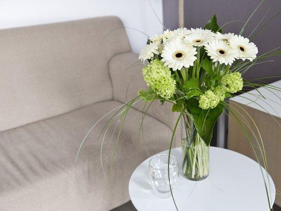 Boeket verse bloemen met witte gerbera 39 s for Gerbera in de tuin