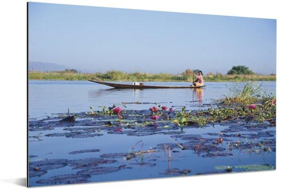 Birmaanse boot op het Inlemeer Aluminium 90x60 cm - Foto print op Aluminium (metaal wanddecoratie)