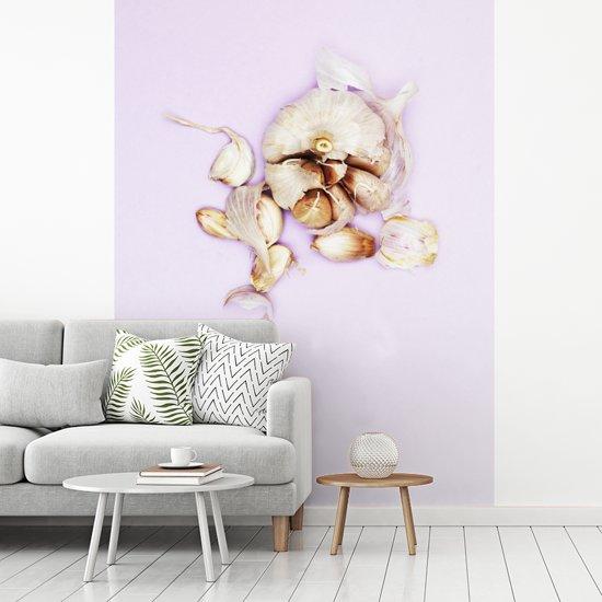 Fotobehang vinyl - Knoflook of Allium sativum tegen een lichte achtergrond breedte 235 cm x hoogte 320 cm - Foto print op behang (in 7 formaten beschikbaar)