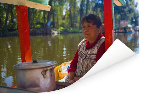 Vrouwelijke local kookt op een boot in Xochimilco Poster 60x40 cm - Foto print op Poster (wanddecoratie woonkamer / slaapkamer)