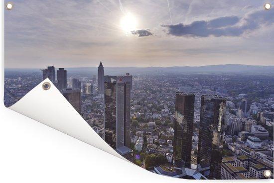Zonnestralen over Frankfurt am Main in Duitsland Tuinposter 120x80 cm - Tuindoek / Buitencanvas / Schilderijen voor buiten (tuin decoratie)