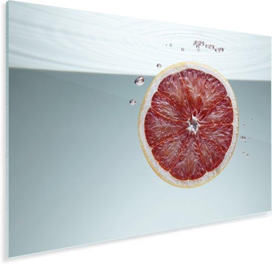 Plakje roze grapefruit in water Plexiglas 90x60 cm - Foto print op Glas (Plexiglas wanddecoratie)