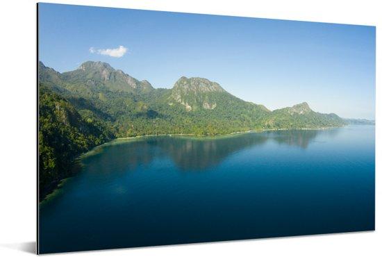 Berglandschap begroeit met bomen in het Nationaal park Manusela in Indonesië Aluminium 90x60 cm - Foto print op Aluminium (metaal wanddecoratie)