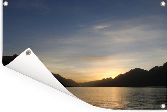 Zonsondergang over het Nahuel Huapi-meer met aan de horizon het berglandschap Tuinposter 180x120 cm - Tuindoek / Buitencanvas / Schilderijen voor buiten (tuin decoratie) XXL / Groot formaat!