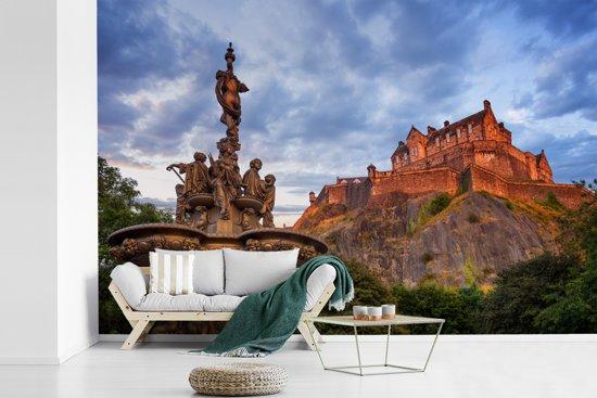 Fotobehang vinyl - Zonsondergang bij het kasteel van Edinburgh in Schotland breedte 390 cm x hoogte 260 cm - Foto print op behang (in 7 formaten beschikbaar)