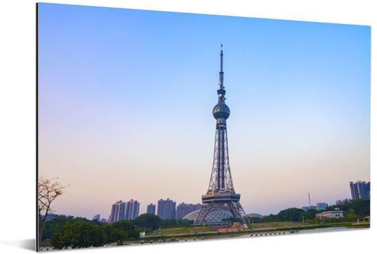 De TV-toren van Foshan in Azië Aluminium 90x60 cm - Foto print op Aluminium (metaal wanddecoratie)
