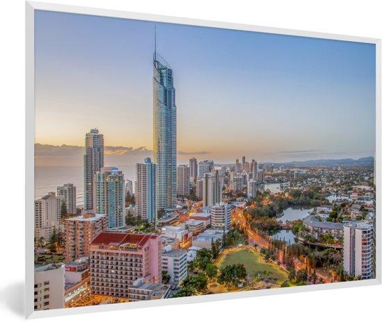 Foto in lijst - De stedelijke horizon van de stad Gold Coast bij Queensland in Australië fotolijst wit 60x40 cm - Poster in lijst (Wanddecoratie woonkamer / slaapkamer)