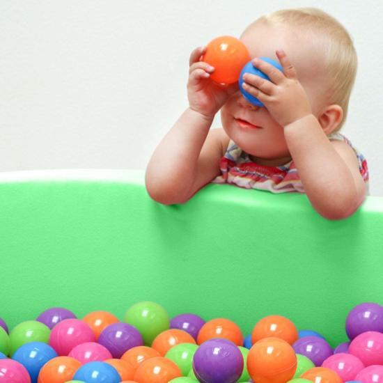 LittleTom Knuffelig Ballenbak met 350 Babyballen – Set vanaf 0 Jaar – 90 x 30 cm – Ballenbad in Lichtgroen – Ø 5,5 cm Ballen – Multicolor Mix