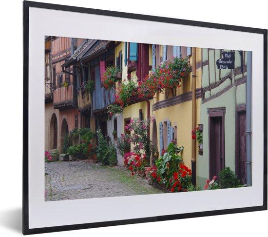 Foto in lijst - Stadsbeeld met potten vol geraniums fotolijst zwart met witte passe-partout klein 40x30 cm - Poster in lijst (Wanddecoratie woonkamer / slaapkamer)