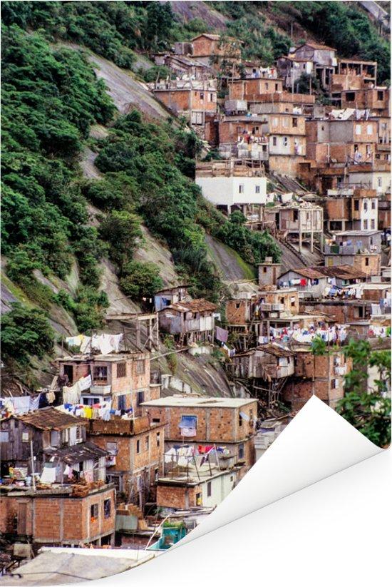 Mooi beeld van een Favela tegen een heuvel in Rio de Janeiro Poster 80x120 cm - Foto print op Poster (wanddecoratie woonkamer / slaapkamer)