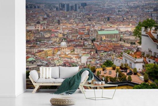 Fotobehang vinyl - Uitzicht over de huizen in de Italiaanse stad Napels breedte 390 cm x hoogte 260 cm - Foto print op behang (in 7 formaten beschikbaar)