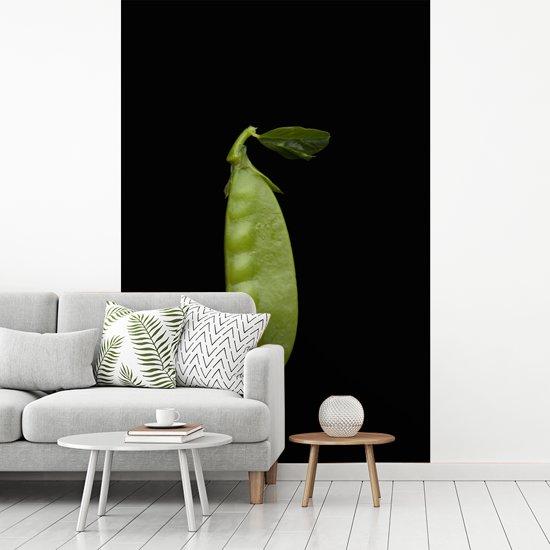 Fotobehang vinyl - Close-up van een peultje tegen een donkere achtergrond breedte 240 cm x hoogte 360 cm - Foto print op behang (in 7 formaten beschikbaar)