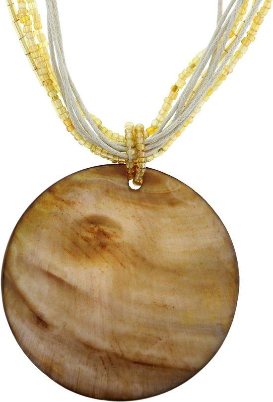 Ketting met goudkleurige kraaltjes, koord en hanger schelp