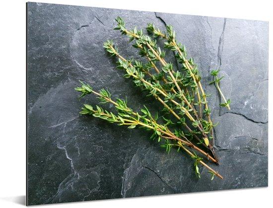 Groene tijm op een waanzinnige stenen tafel Aluminium 40x30 cm - klein - Foto print op Aluminium (metaal wanddecoratie)