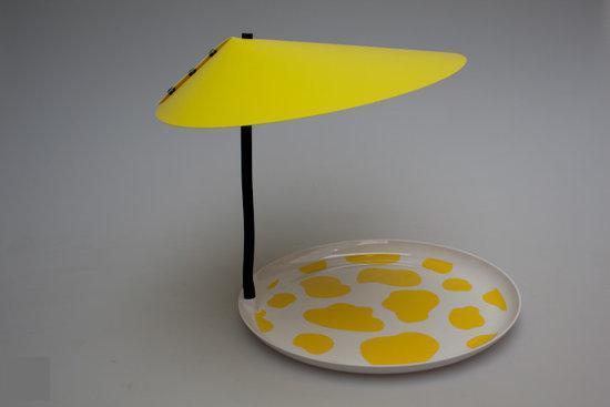 Wit/geel dienblad met buigzame zwanenhals en zonwerende gele parasol