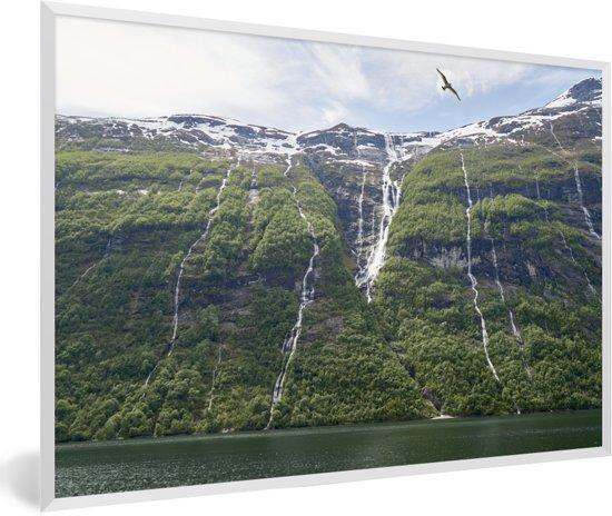Foto in lijst - Vogels boven watervallen Geirangerfjord in Noorwegen fotolijst wit 60x40 cm - Poster in lijst (Wanddecoratie woonkamer / slaapkamer)