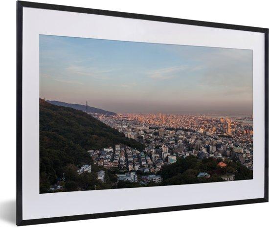 Foto in lijst - Oranje zonsopkomst boven Kobe in Japan fotolijst zwart met witte passe-partout 60x40 cm - Poster in lijst (Wanddecoratie woonkamer / slaapkamer)