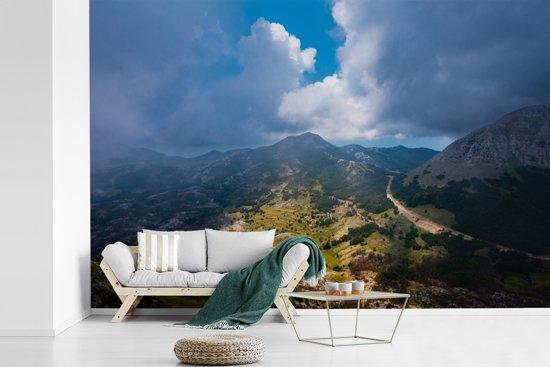 Fotobehang vinyl - Luchtfoto van het mistige landschap van het Nationaal Park Lovćen breedte 330 cm x hoogte 220 cm - Foto print op behang (in 7 formaten beschikbaar)
