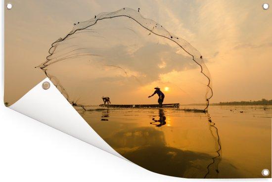 Thaise visser op een boot op het Aziatische Inlemeer bij zonsondergang Tuinposter 90x60 cm - Tuindoek / Buitencanvas / Schilderijen voor buiten (tuin decoratie)