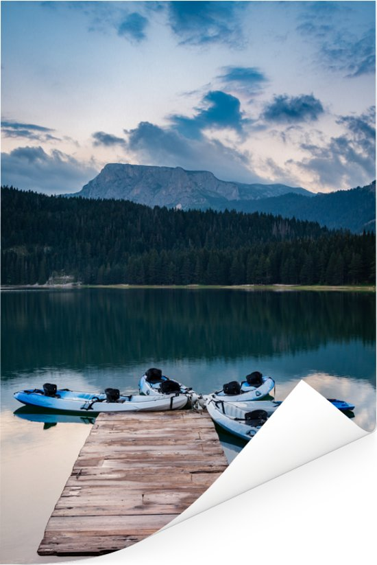 Kajakken bij het Zwarte meer in het Montenegrijns Nationaal park Durmitor Poster 60x90 cm - Foto print op Poster (wanddecoratie woonkamer / slaapkamer)