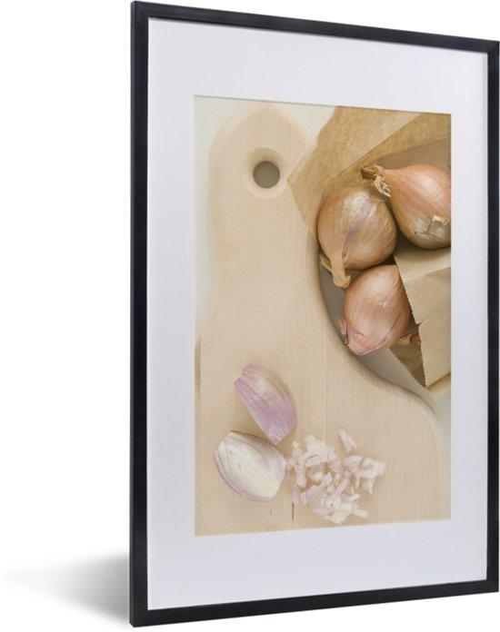 Foto in lijst - Gehakte en gepelde sjalotten op een houten snijplank fotolijst zwart met witte passe-partout 40x60 cm - Poster in lijst (Wanddecoratie woonkamer / slaapkamer)