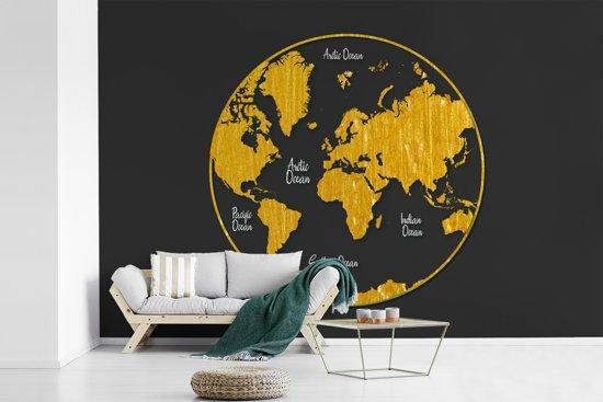 Fotobehang vinyl - Ronde en gouden wereldkaart op een grijze achtergrond breedte 450 cm x hoogte 300 cm - Foto print op behang (in 7 formaten beschikbaar)