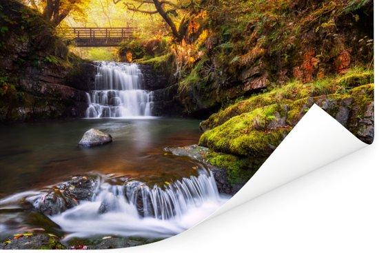 Kleurrijk bos en een waterval in het Nationaal park Brecon Beacons Poster 180x120 cm - Foto print op Poster (wanddecoratie woonkamer / slaapkamer) XXL / Groot formaat!
