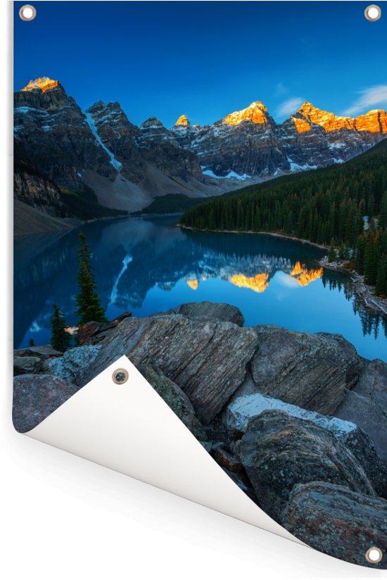 Zonsopgang met een weerspiegeling van de bergen bij het Moraine Lake in Canada Tuinposter 60x90 cm - Tuindoek / Buitencanvas / Schilderijen voor buiten (tuin decoratie)