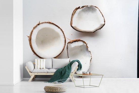 Fotobehang vinyl - Spierwitte binnenkant van de kokosnoten op witte achtergrond breedte 420 cm x hoogte 280 cm - Foto print op behang (in 7 formaten beschikbaar)