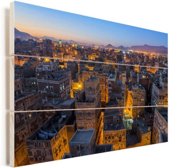 Nachtelijke skyline verlichte straten van Sanaa in Jemen Vurenhout met planken 60x40 cm - Foto print op Hout (Wanddecoratie)
