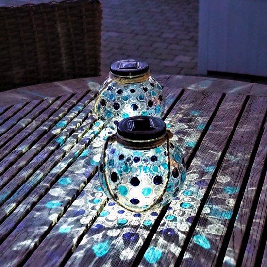 Gadgy® – Solar Glazen Lantaarn set Blauw – 2 ronde glazen lantaarns met Led verlichting - Solarlamp met mozaïek lichteffect en handvat – Buitenlamp / Tafellamp op zonne energie – ook USB oplaadbaar! – dag/nacht sensor - Ø 15 cm.