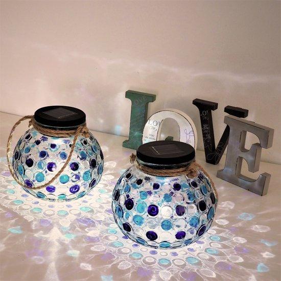 Gadgy Solar Glazen Lantaarn set Blauw – 2 ronde glazen lantaarns met Led verlichting - Solarlamp met mozaïek lichteffect en handvat – Buitenlamp / Tafellamp op zonne energie – ook USB oplaadbaar! – dag/nacht sensor - Ø 15 cm.
