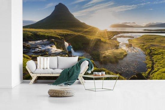 Fotobehang vinyl - Kirkjufell-berg tijdens zonsopgang in IJsland breedte 605 cm x hoogte 340 cm - Foto print op behang (in 7 formaten beschikbaar)