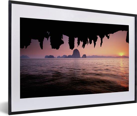 Foto in lijst - Uitzicht over het water met een roze hemel bij het Nationaal Park Ao Phang Nga fotolijst zwart met witte passe-partout 60x40 cm - Poster in lijst (Wanddecoratie woonkamer / slaapkamer)
