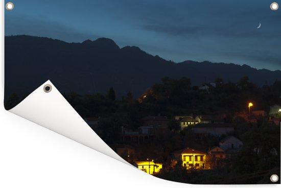 Verlichte huizen in het berglandschap van het nationaal park Peneda-Gerês Tuinposter 60x40 cm - klein - Tuindoek / Buitencanvas / Schilderijen voor buiten (tuin decoratie)