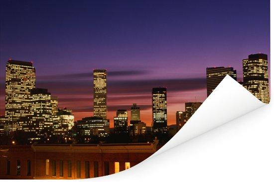 De Noord-Amerikaanse stad Denver gekenmerkt door haar neonlichten tijdens de schemering Poster 120x80 cm - Foto print op Poster (wanddecoratie woonkamer / slaapkamer)