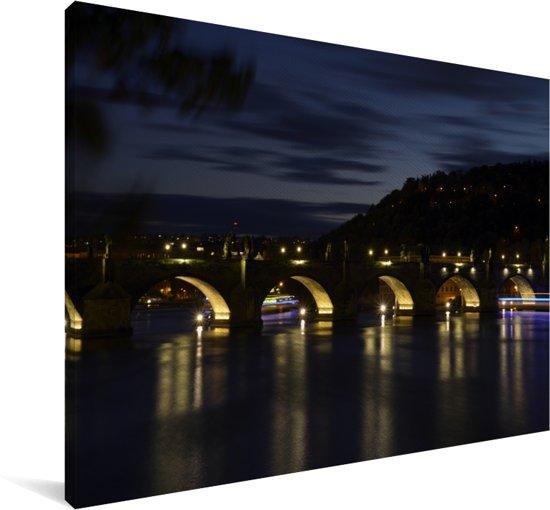 De prachtige Karelsbrug verlicht de Moldau rivier in de nacht Canvas 180x120 cm - Foto print op Canvas schilderij (Wanddecoratie woonkamer / slaapkamer) XXL / Groot formaat!