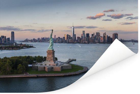 Luchtfoto van het Amerikaanse Vrijheidsbeeld in New York tijdens zonsondergang Poster 30x20 cm - klein - Foto print op Poster (wanddecoratie woonkamer / slaapkamer)