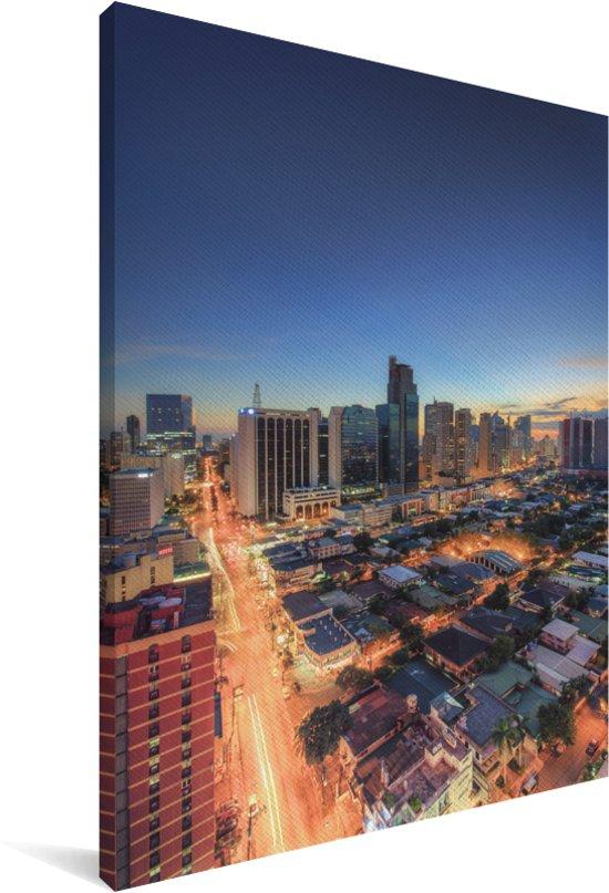Adembenemende kleuren in de stad Manila in de avond Canvas 90x140 cm - Foto print op Canvas schilderij (Wanddecoratie woonkamer / slaapkamer) / Aziatische steden Canvas Schilderijen