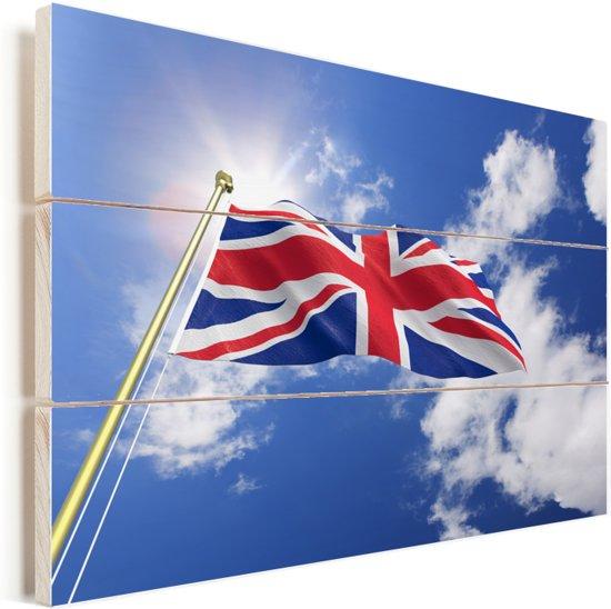 De vlag van het Verenigd Koninkrijk wappert in de lucht Vurenhout met planken 60x40 cm - Foto print op Hout (Wanddecoratie)