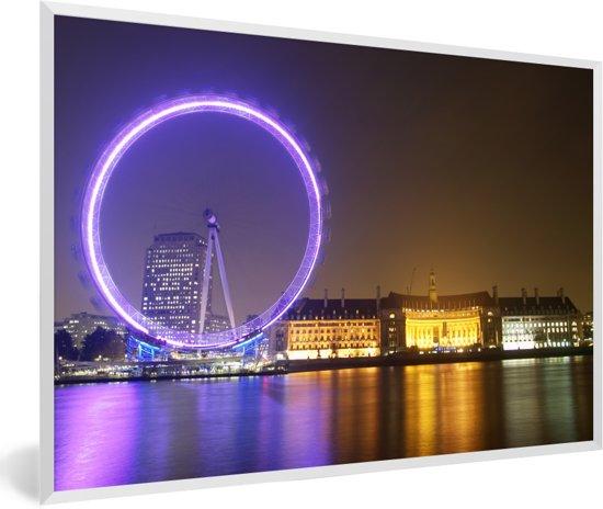 Foto in lijst - Paars gekleurde London Eye in Engeland fotolijst wit 60x40 cm - Poster in lijst (Wanddecoratie woonkamer / slaapkamer)