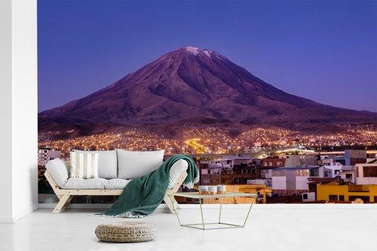 Fotobehang vinyl - Uitzicht op het fantastische vulkanische landschap van Arequipa in Peru breedte 435 cm x hoogte 260 cm - Foto print op behang (in 7 formaten beschikbaar)